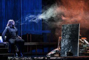 Opera Melancholica Opera2day Persfoto's : Marco Borggreve CONCEPT EN REGIE Serge van Veggel DIRIGENT Carlo Boccadoro CHOREOGRAFIE Ed Wubbe (Scapino Ballet Rotterdam)  PROJECTONTWIKKELING Alice Gubler ARTISTIEKE LEIDING NEW EUROPEAN ENSEMBLE Emlyn Stam MUZIKALE LEIDING OPERA2DAY Hernán Schvartzman SCENOGRAFIE Herbert Janse LICHTONTWERP Uri Rapaport GELUIDONTWERP Arne Bock TECHNISCH PRODUCENT Ronald Tebra KOSTUUUMS Mirjam Pater MAKE-UP Nienke Algra     CAST  GENEESHEER-DIRECTEUR Rene M. Broeders RODERICK Santiago Burgi / Georgi Sztojanov WILLIAM Drew Santini MADELINE (zang) Lucie Chartin / Emma Fekete MADELINE (dans) Ellen Landa / Dora Stepucin (Scapino Ballet Rotterdam) MEDICUS Georgi Sztojanov / Rolfe Dauz