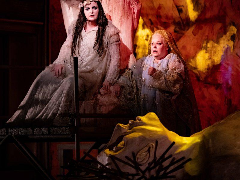 Elektra. Ricarda Merbeth (Elektra), Johanna Rusanen (Chrysothémis). ©Mirco Magliocca